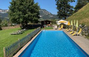 Gartenanlage Aparthotel Sonnleitn mit Pool und Ausblick zum Wilden Kaiser
