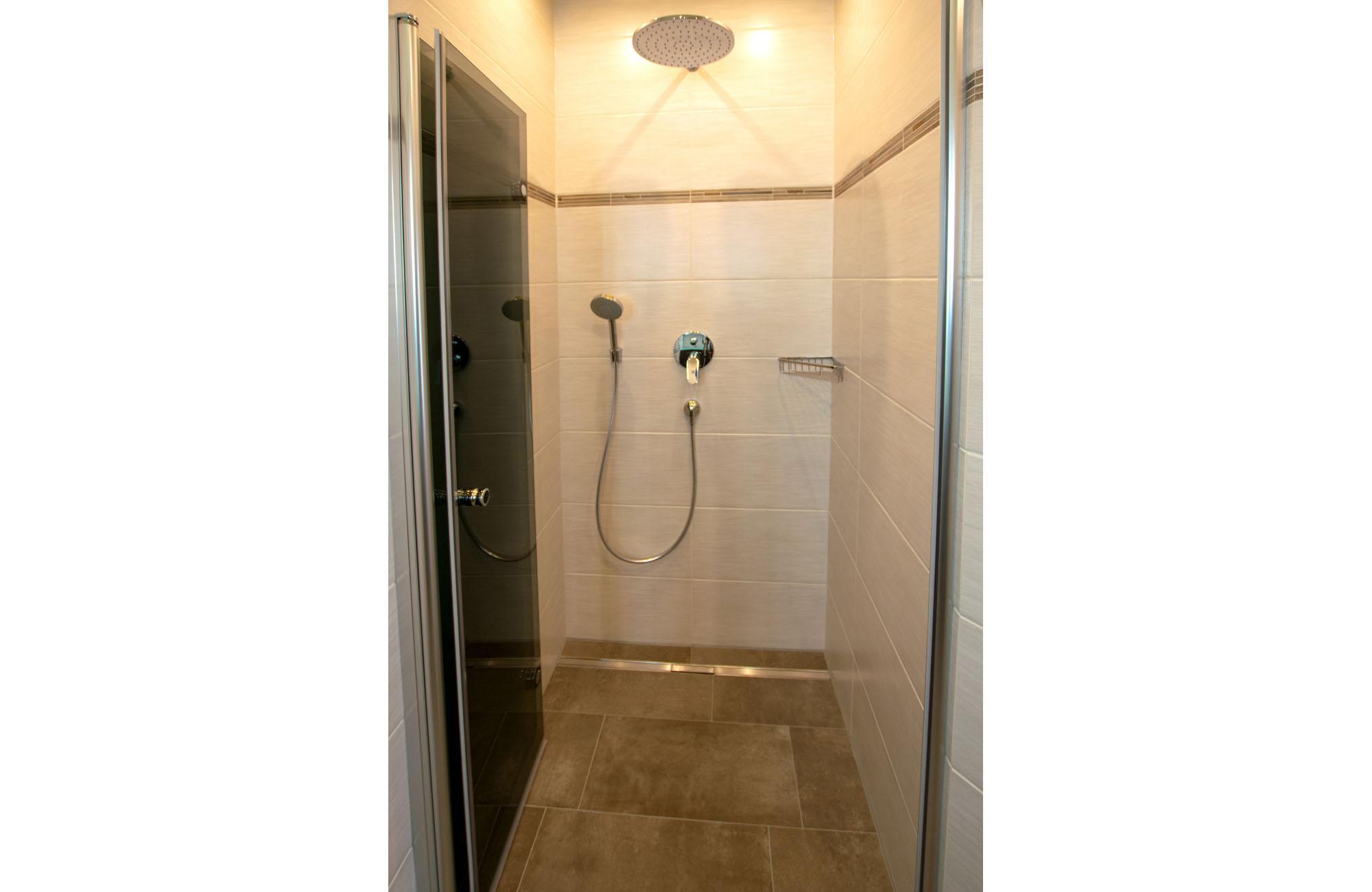 Dusche mit Regenbrause Apartment Kaiser Residenz